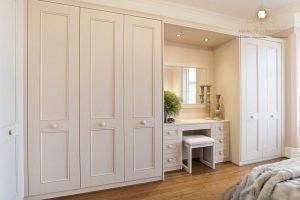lemari pakaian meja rias mewah putih