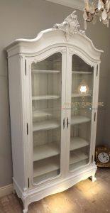 lemari rak buku pintu kaca kayu model classic duco putih terbaru